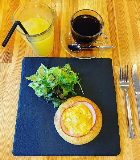 西宮市香櫨園のパン屋さん「オンコ― アン マタン」にて、7時からイートイン・モーニングです。